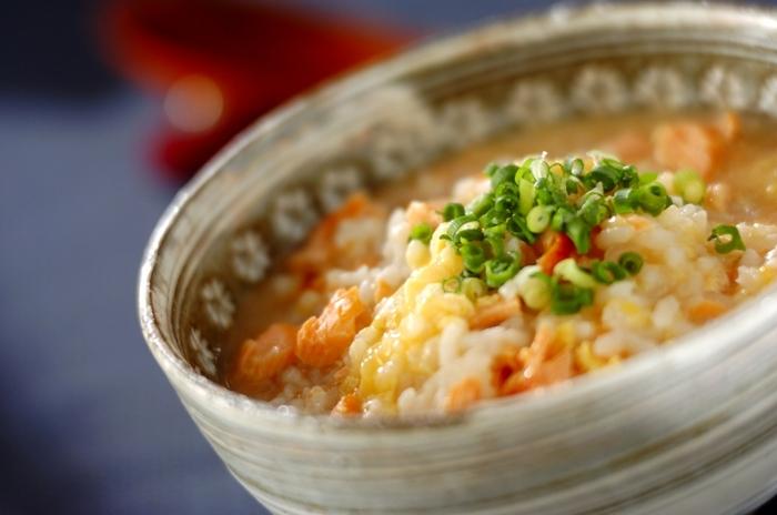 鮭の塩気と梅干しの酸味を、卵がまろやかに包み込んだ雑炊。優しい味わいで子供から大人まで食べやすいですよ。具合が悪い時でもサラサラと入りそう。