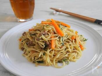 子供から大人まで人気の焼きそばを簡単にアレンジ!ソースの代わりに梅干しとめんつゆで味付けします。後はいつも通り、具材と麺を炒めるだけで完成。しょっぱい梅干しを使うのがおすすめです。
