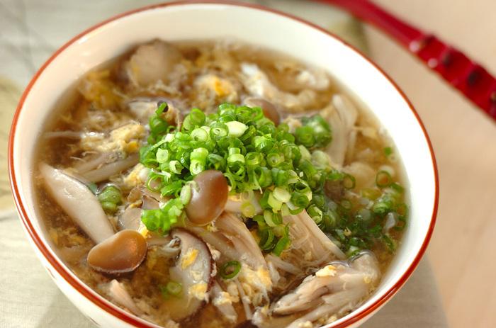 5種類のキノコを使ったキノコ好きにおすすめのスープ。色々な香りや食感を楽しめますよ♪1杯でビタミンやミネラルなどの栄養がたっぷり摂れるのも嬉しい。