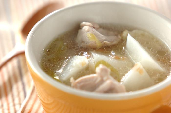 鶏のおいしい出汁が出たほっこりするスープです。火を通したカブは柔らかくて甘く、梅干しの塩気や酸味とマッチします。ご飯と一緒に食べても◎