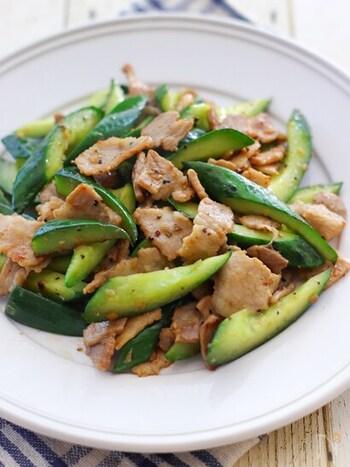 いつも脇役になりがちなっきゅうりが立派な主菜に。きゅうりの種を取ってから調理することでべちゃッとせずさっぱり食べられます。東洋医学的に体を冷やすきゅうりと体を温めるショウガの組み合わせは、どちらかに偏らないようにするピッタリな組み合わせです。