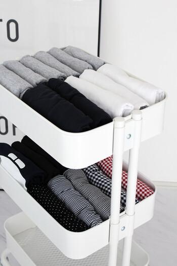 IKEAの「ロースコグ」は、フチがあるので衣類の収納スペースとしても役立ちます。  衣類の高さを揃えてたたむことで、すっきりした印象になるそう♪  キャスター付きなので、クローゼットにしまっても取り出しやすく衣替えもスムーズです。ワゴン自体がスタイリッシュでおしゃれなので、部屋に出したままでもすっきりと見えます。