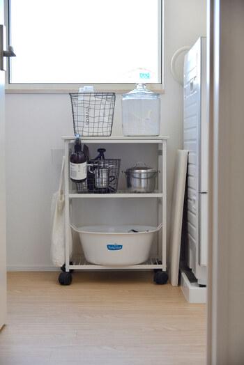 こちらは、sarasa design storeの「nspキッチンワゴン」を使った、洗剤&洗濯アイテムの収納アイディアです。  洗剤を入れている容器や洗濯用たらいなど、大きくてかさばる物もすっきり収納できます。また、サイドにフックをかければ、ランドリーバックや小物の収納スペースにも。  前後左右どこからでも物の出し入れができるので、洗面所の形や空きスペースに合わせて使えるのが魅力です。シンプルなデザインなので、それぞれの容器のデザインが引き立ち、おしゃれな空間に◎