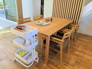 ダイニングテーブルの横に置かれたキッチンワゴンには、普段使いの食器やランチョンマット、ティッシュやアルコールスプレーなどが収納されています。  食事をしないときはキッチンなどに移動させることができるので、テーブルの上に物があふれることなく、いつでもリビングダイニングをすっきり保てるのが魅力です。