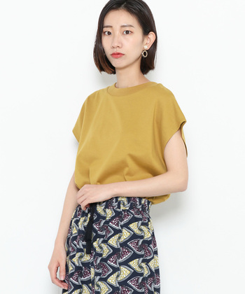 秋のアクセントカラーとして活躍するマスタード。柄スカートを合わせれば、Tシャツなのに華やかな雰囲気に。スカートの柄の色にもマスタードが入っているので、統一感のあるコーデに仕上がっています。