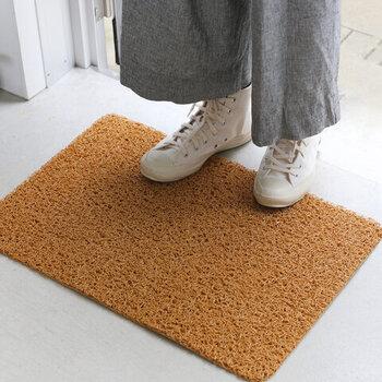 保管にも気を使わなくていい合成繊維にも、自然な風合いのものが増えています。