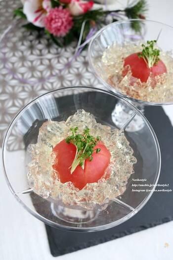 白だしに爽やかなレモン風味をきかせたジュレは、透き通る美しさ。そのジュレを冷製トマトにまとわせて、上品でスタイリッシュな前菜の完成です。テーブルでもひときわ目を引くことでしょう。