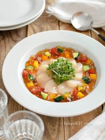 ホタテの刺身と彩り野菜に、あごだしのジュレをかけた美しいひと皿。きらきらと輝く宝石のようなお料理ですね。