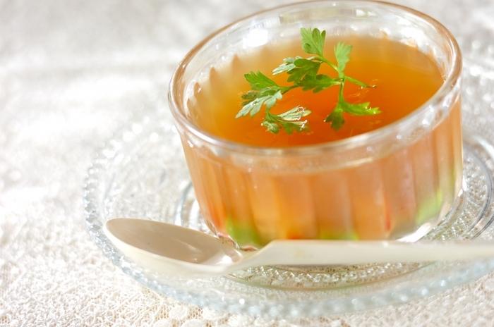 市販のコンソメを使ったスープをゼラチンで固めた、食べるスープ。海老や枝豆も入って、彩りもきれいです。よ~く冷やして召し上がれ。