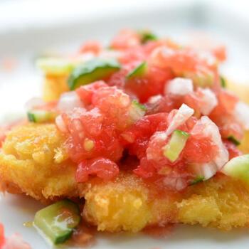 こちらは、白身魚のフライに、生トマトをたっぷり使ったフレッシュなジュレをかけた一品。揚げ物も、ジュレの爽やかさでさっぱりいただけます。