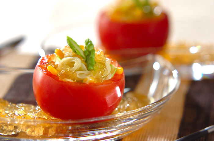 トマトをくり抜いた器にパスタを入れ、コンソメジュレをたっぷりと。繊細なカッペリーニを使いますので、のどごしもよりなめらか。彩りもきれいですね。