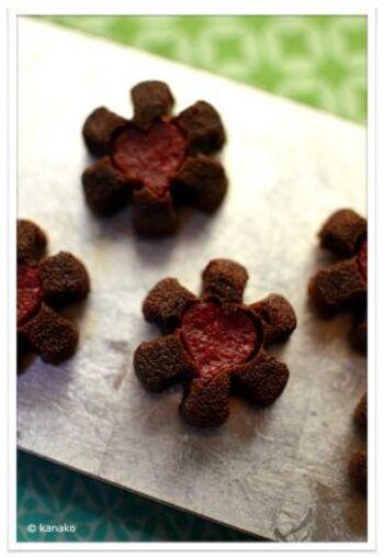 真っ赤なハートのジュレが印象的なチョコレートフィナンシェ。焼いてからジュレを入れるのではなく、ジュレごと焼いていますので、日持ちします。