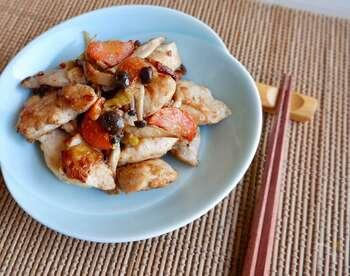 鶏肉の上に野菜をのせて冷凍させるので、凍ったままフライパンで蒸し焼きにするだけでメインのおかずが完成です。メインが決まるだけでもずっとラクになりますよね。