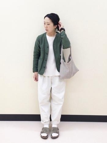 白を基調としたコーデに、繋がるようなイメージで白の靴下を。スニーカーではなくサンダルにすることで、ラフさとトレンド感を出し、コーデに新鮮さを加えられます。
