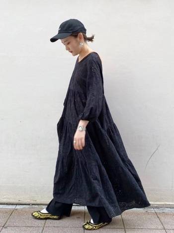 ロング丈のフレアワンピに、刺繍入りのフラットシューズを合わせて自分らしさとトレンド感が上手にミックスされたコーデ。全身がブラックなので、白の靴下でコーデにアクセントを。