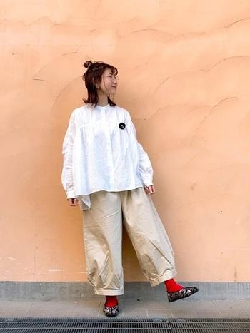 ブラウス×太めのパンツのゆったりコーデには、ピリリと赤い靴下でポイントを作ってメリハリを。ヘアアレンジやブローチなどの小物でコーデのバランスを取りつつアクセントを作り、お洒落気分を盛り上げて。