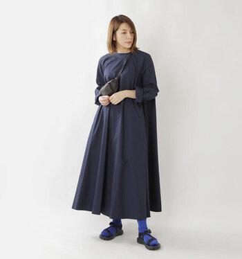 お馴染みのロング丈のフレアワンピース。いつもならフラットシューズを合わせていますが、こんな風にサンダル+靴下にしてコーデを刷新。ソックスを明るめのブルーにして、浮かないアクセントを。