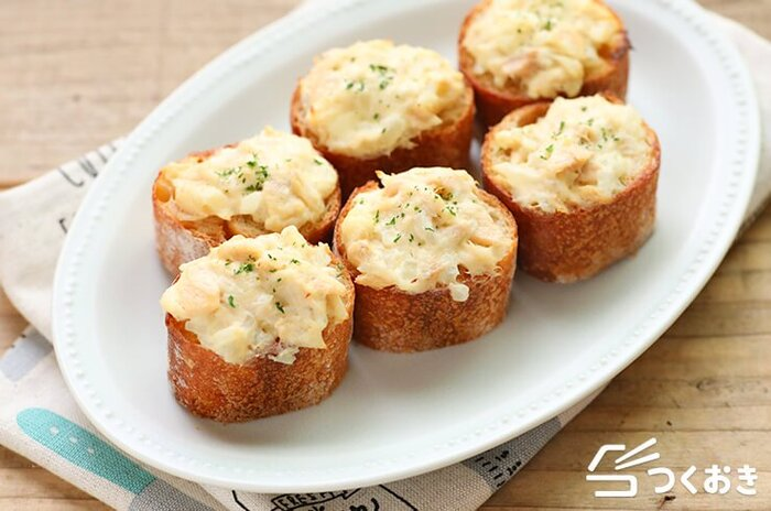 ツナとクリームチーズのトースト。たまねぎが入って食感も満足度もさらにアップ。おつまみやちょっとしたおもてなしにも使えるお手軽料理です。