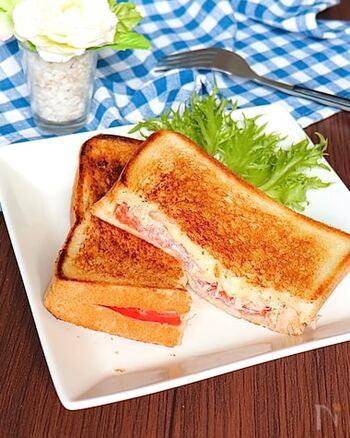 時間にゆとりのある休日の朝につくって食べたい、ツナメルトースト。いつもの食パンを使ってフライパンでつくれるので、気負わずにできます。