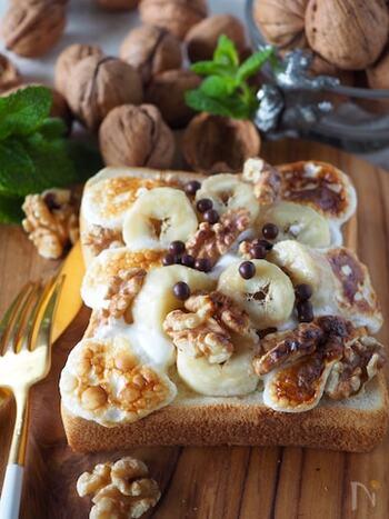 温めるととろーりとろけるマシュマロをのせて。バナナとクルミでボリューム感アップします。スイーツ感覚で食べられるトーストです。