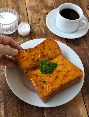 チェダーチーズに、ウスターソース、マスタード、バターなどを混ぜて、ペースト状にしてから塗って焼く、チーズトースト。仕上げにブラックペッパーを振れば、おいしさアップします。