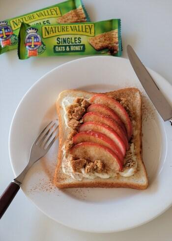 忙しい朝に手軽に栄養がとれるアレンジトースト。グラノーラのザクザク感とりんごのしんなりとした食感を楽しんで。
