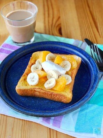 チーズクリームにメープルシロップを混ぜ込んだ絶品のソースをかけて召し上がれ♪フルーツもたっぷりのせて、甘さとのバランスを取って。