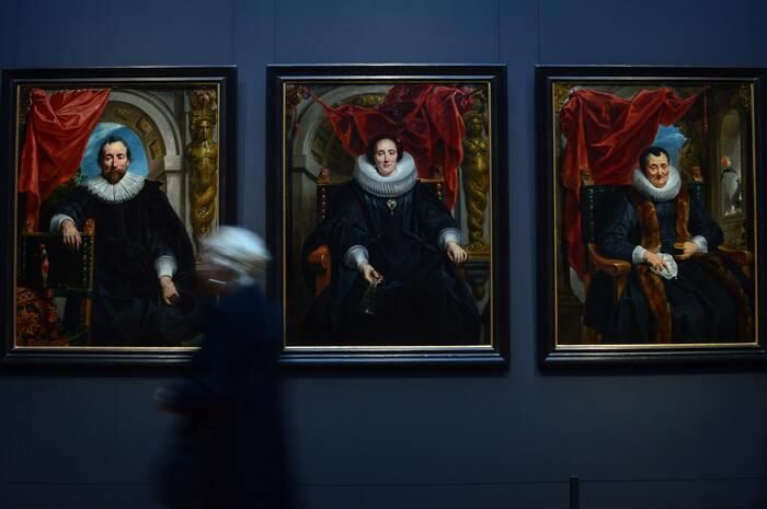 それを知るために、まずは美術の歴史を簡単になぞることから始めましょう。現代アート以前のアートというと、肖像画や宗教画などが思い浮かぶのではないでしょうか。そうしたアートは、王様の姿や聖書のワンシーンを分かりやすく伝えるために、主に王様や教会が画家に依頼して描かれるものでした。「実際に描かれたもの」に対して、「表現したいこと」が一致していたので、人は描かれているものを見るだけで何を示しているかすぐに理解できたのです。