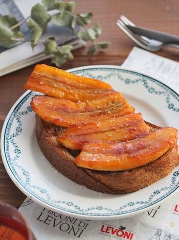 バナナをキャラメリゼしてパンにのせた、ちょっぴり贅沢なトースト。休日のゆったりとした朝に食べたいですね。