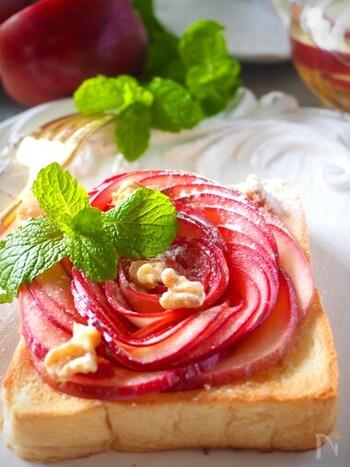 まるで芸術品のような美しいトースト。りんごは薄切りにしてレンジでチンするだけなので、意外と簡単なんです。朝から優雅な気持ちになれそうですね。