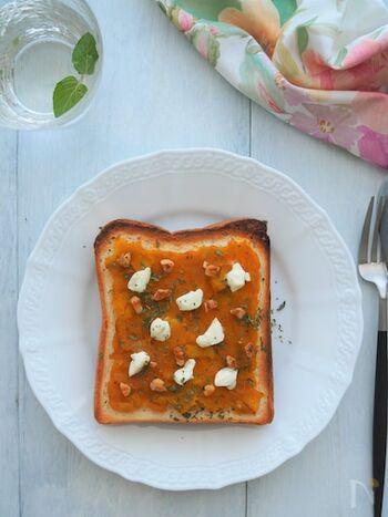 かぼちゃの煮物をつぶしてペースト状にし、トーストに塗って食べると絶品。仕上げにクリームチーズと砕いたくるみをのせるとおいしさがアップします。
