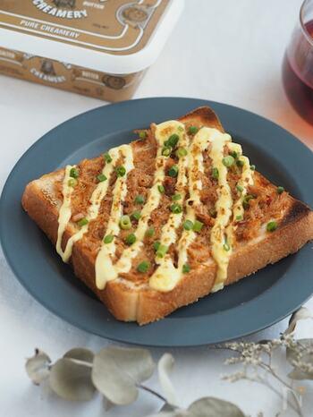白いご飯のお供・なめたけをトッピングしたユニークなトーストレシピ。マヨネーズとのコンビネーションが絶妙です♪