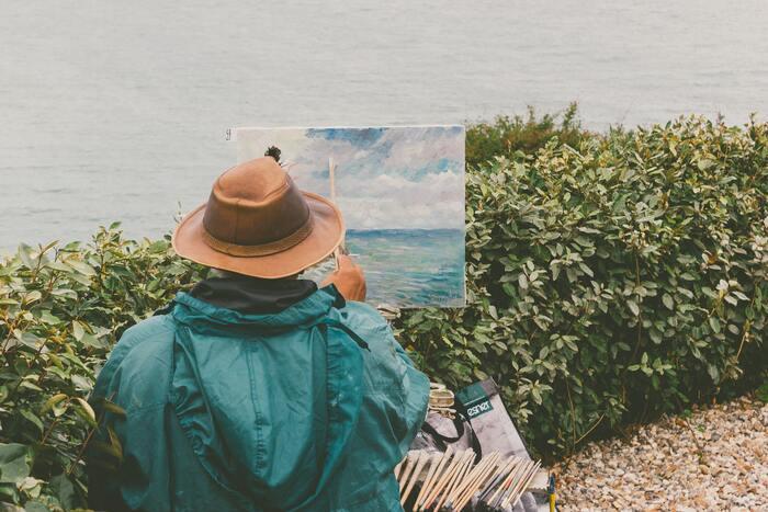 しかし時代が下るにつれ、「印象派」や「キュビズム」と呼ばれる画家や作品が登場します。彼らは目の前にあるものを写真のようにありのまま描くのではなく、伝統的なルールを無視し、自分で見たものをあくまで主観的に、自分の感情や考えを取り入れて表現しました。自分の感情や考えには、描ける姿かたちもなければ、多くの人が共有しているイメージなどもないので、ありのまま表現することはできません。現代アートもこの流れの先にあるもので、表現したいことがそのまま描かれていないからこそ、分かりにくいんですね。