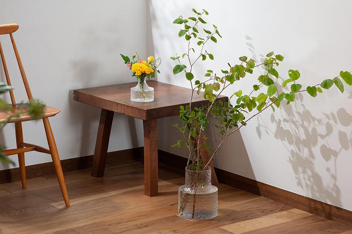 スウェーデンの老舗ガラスメーカー「SKRUF(スクルーフ)」の、お花や枝ものを魅力的に引き立ててくれるフラワーベース。底面が広くどっしりと安定感があり、開口部がすぼまっているのが特徴。挿す花や枝ものが自然にまとまるので、誰でも簡単に飾ることができ、サマになります。