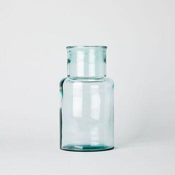 スペインバレンシア地方の工房で職人の手によって作られた、100%リサイクルガラスのボトル。集めたガラスを色ごとに分別し、デザイン、品質、色、共にリサイクルガラスの良さを活かし作られた環境に優しいフラワーベース。