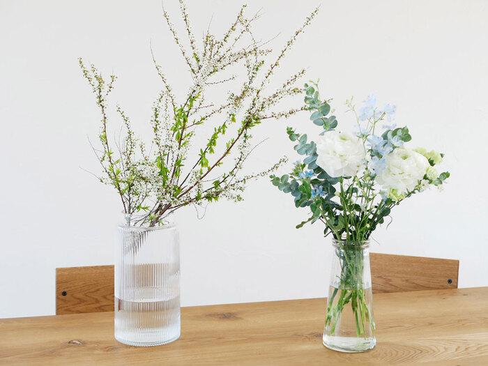 口径や高さといったサイズも確認しておきましょう。口径は小さ目のほうがバランスよくまとまります。花を飾るのに慣れていない方は、花の位置や向きを調整しやすい口径10cmまでのものが安心です。また、フラワーベースの高さは飾るものに合った程よいものを選ぶようにしましょう。高さのある花や枝ものには30cmくらいの高さがおすすめです。