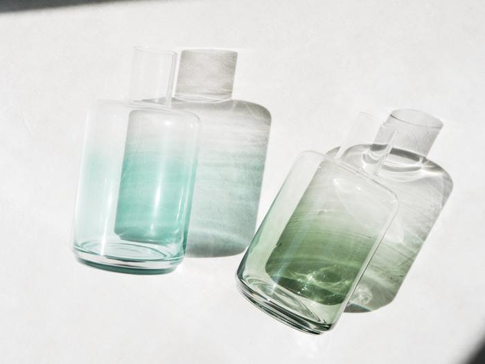 フラワーベースの素材には、主にガラス製・陶器・プラスチック製の3種類があります。どの素材を選ぶか迷ったときは、ガラス製を選んでおくと無難です。どんな空間にも馴染みやすく、重さがあるので安定感もバツグン。劣化・変形の心配もありません。ただ、透明なだけに汚れや水の濁りが目立つというデメリットもありますので、こまめに水を交換する必要があります。