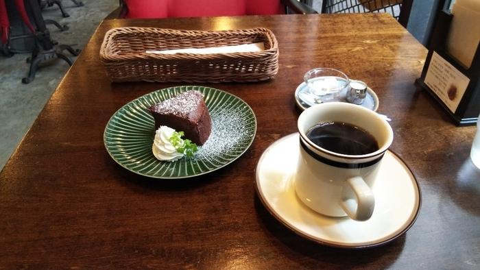 おひとりさまカフェタイムを満喫したいなら、店内に珈琲の良い香りが漂う「ALLEY COFFEE(アリーコーヒー)」で、ゆっくりとした時間を過ごしてはいかがでしょう。  実は二階に焙煎場があり、本格的な自家焙煎珈琲をいただけるカフェなんです。スパイスの効いたカレー、ガトーショコラなど、ランチやスイーツもあり、本格珈琲とも相性抜群。わざわざ食べにくるファンもいるほどですよ*