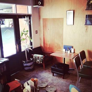金・土・祝前日は23:00までゆっくり過ごせる、大宮駅近くのカフェ&ダイニングバーが「オルタナティブラウンジ」。