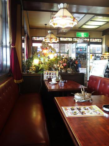 創業は昭和50年。一歩足を踏み入れると、レトロなソファ席にステンドグラス…。カフェという名前が浸透するずっと以前から、老舗喫茶店として大宮に根を張っている眠らない喫茶店「伯爵邸(ハクシャクテイ)」。…というのも、なんと24時間年中無休営業なのです!