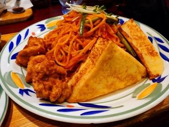 お料理は、定食から沖縄料理、洋食、ステーキ、アジア料理…など「世界の料理」を楽しめ、しかもボリュームたっぷり!