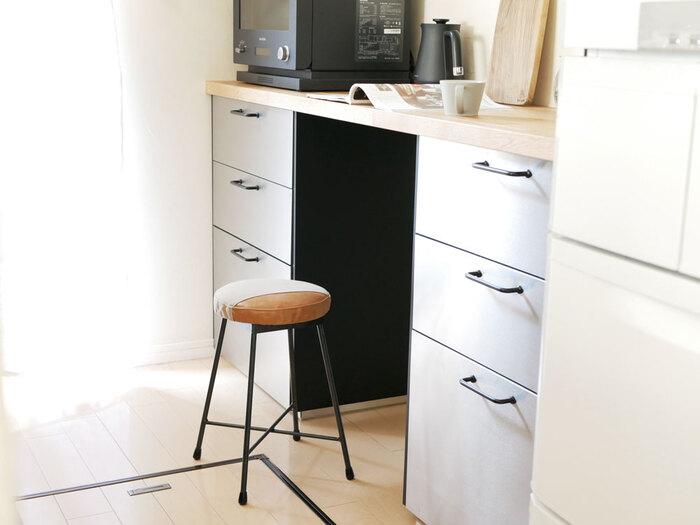 レシピを探したり一息つくときに座ったり、ちょっとした作業も座りながらできます。コンパクトなタイプなら、キッチンの邪魔にもなりにくく、何かと使いやすいです。