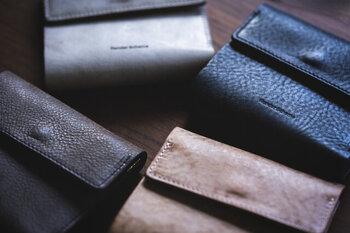 ナチュラルな風合いが魅力的な二つ折り財布。シンプルな形状ながら、オリジナリティのある佇まいです。