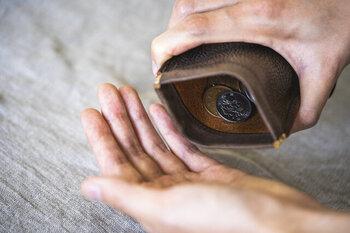 一番の特徴は、何と言っても袋状になった小銭入れ。ざらざらと小銭を出すことができるので、現金派さんにもぴったりです。ゴールドのパーツがアクセントになっておしゃれですね。