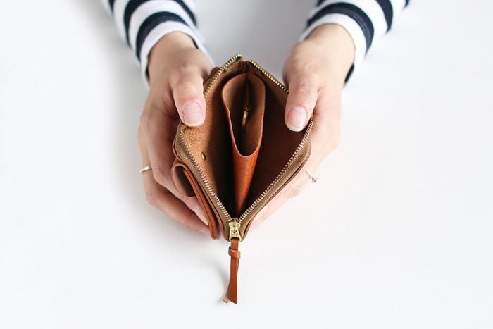 中はシンプルにしきられているだけなので、自分の好みに合わせて小銭やカードの場所を決められます。