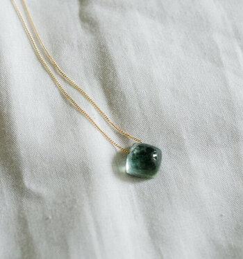 透明感が美しい天然石に直接穴を通してペンダントに。シンプルだからこそ、天然石の魅力が引き立つデザインです。