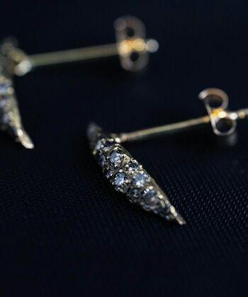 雫型のモチーフにいくつものホワイトダイヤを埋め込んだピアス。光を反射してきらきらと輝くダイヤが華やかです。存在感のあるデザインながら、ナチュラルな雰囲気のゴールドモチーフで普段使いもしやすいのが嬉しい。
