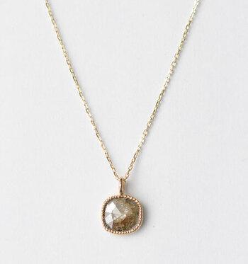 自然の美しい形をそのまま活かしたスライスダイヤ。同じものは一つとしてない、ナチュラルな風合いが魅力です。ゴールドで囲って上品な仕上がりになっています。