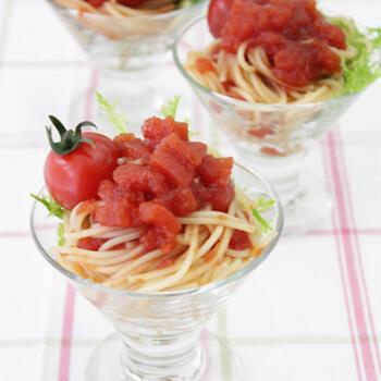 トマトジュースにポン酢を加え、ゼラチンでゆるめに固めてクラッシュしたジュレ。トマト風味の赤いジュレは、とてもきれい。簡単におしゃれなパスタサラダができあがります。