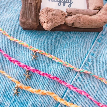 ビタミンカラーとスターフィッシュのチャームがとっても夏らしいデザインですね。 シンプルな三つ編みミサンガも、チャームによって表情が変わります。